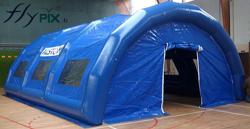 Un abri gonflable de chantier en forme de tunnel, fabriqué pour la société ALSTOM.