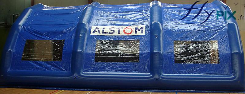 Des marquages amovibles par bandes velcro peuvent figurer sur l'enveloppe des murs en PVC de l'abri gonflable.