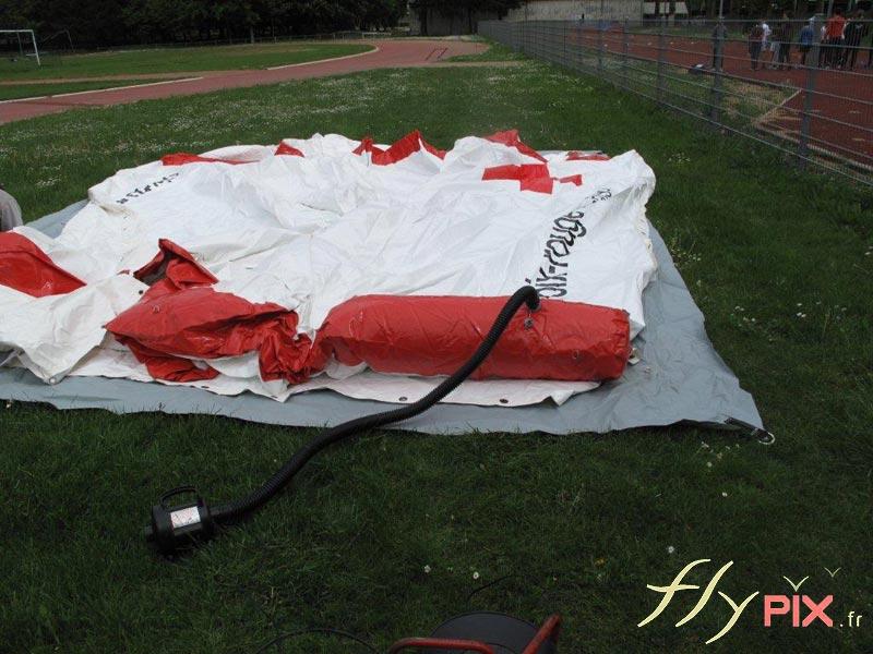 Gonflage d'une tente PMA air captif étanche gonflée à l'air avec une pompe électrique.