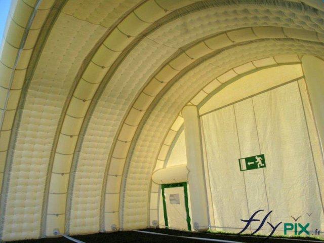 Vue intérieure d'un hangar gonflable de grande taille.