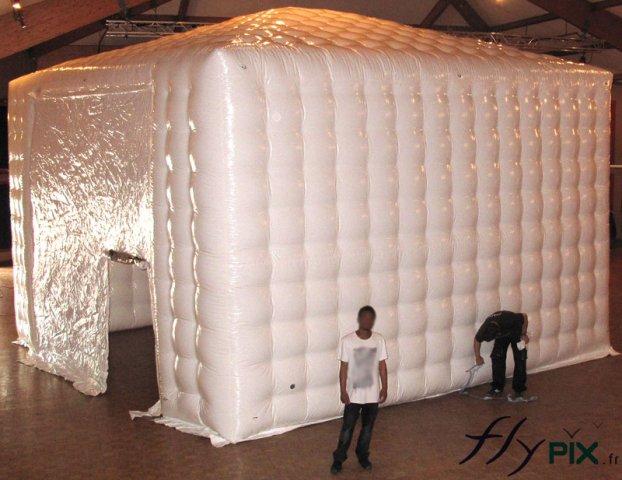 Vue extérieure d'une tente gonflable air captif, en forme de chapiteau, avec des parois capitonnées en double peau.