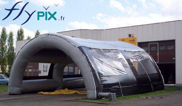Tente gonflable de chantier, en forme de tunnel.