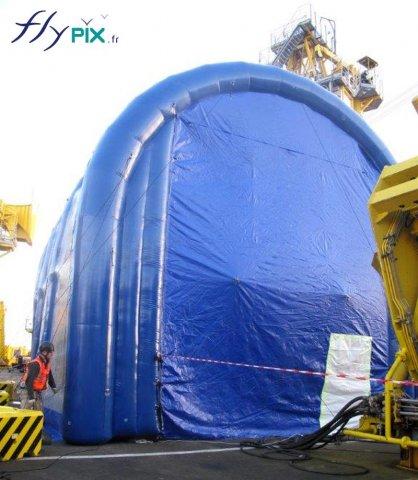 La forme de U inversé permet le disposer d'une grande hauteur utile pour l'accomplissement de travaux de nettoyages de machines.