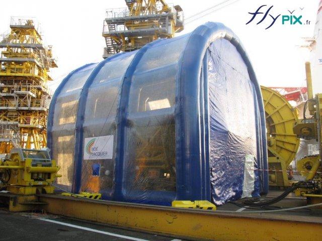 Les tentes gonflables industrielles sont utiles car elles permettent de gagner du temps sur certains chantier, ici un exemple de chantier naval, pour le nettoyage de pièces ou de machines.