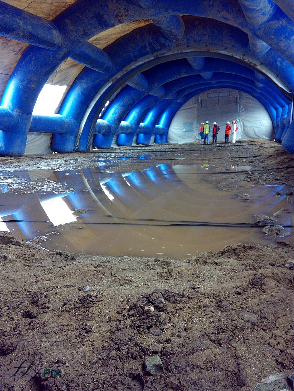 Lorsque plusieurs modules d'abris gonflables cela crée un long tunnel couvrant une grande surface pour faire les travaux sur le chantier.