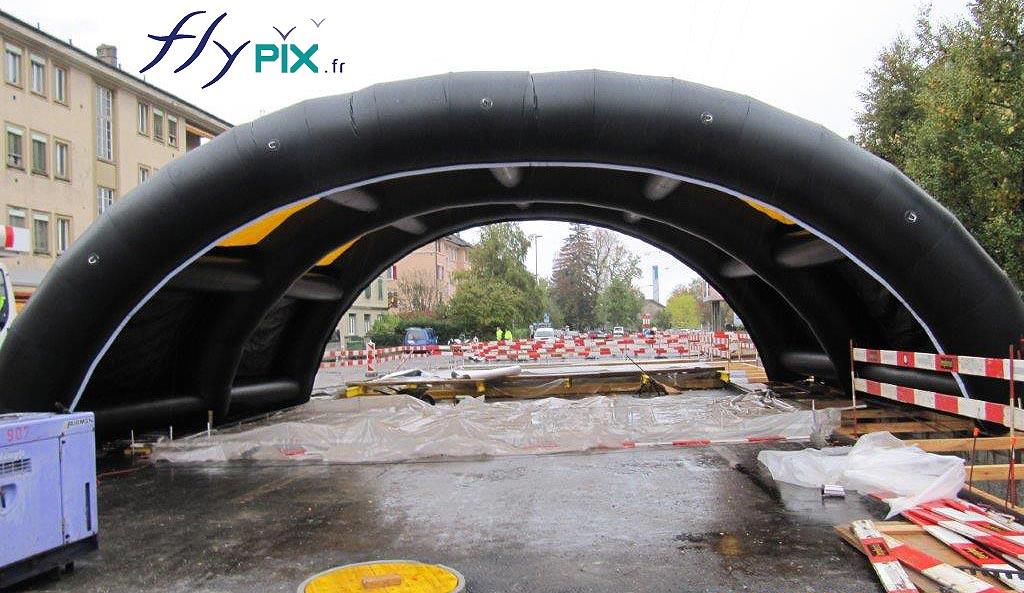 La forme de tunnel est souvent la plus utilisée pour les tentes gonflables de chantier, cer elle permet un très bon écoulement des eaux de pluies.