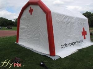 Tente abri gonflable PMA à pans coupés, en enveloppe PVC, fabriquée pour la croix rouge française.