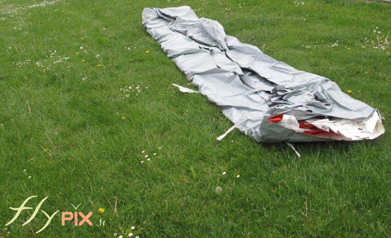 Une tente pliée sortie de son sac de rangement, occupe peu de place, et se transporte facilement.