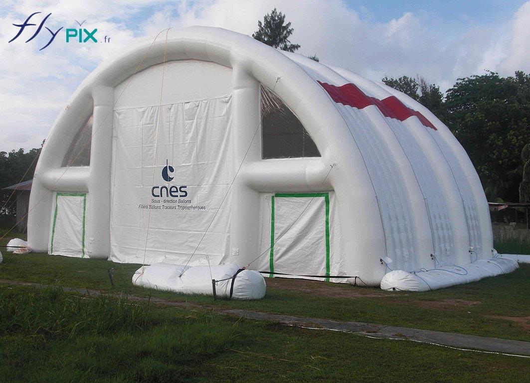 Tente gonflable air captif fabriquée pour le CNES, pour un chantier aéronautique. C'est une tente air captif étanche, gonflée à l'air, en enveloppe PVC capitonnée double cloison.