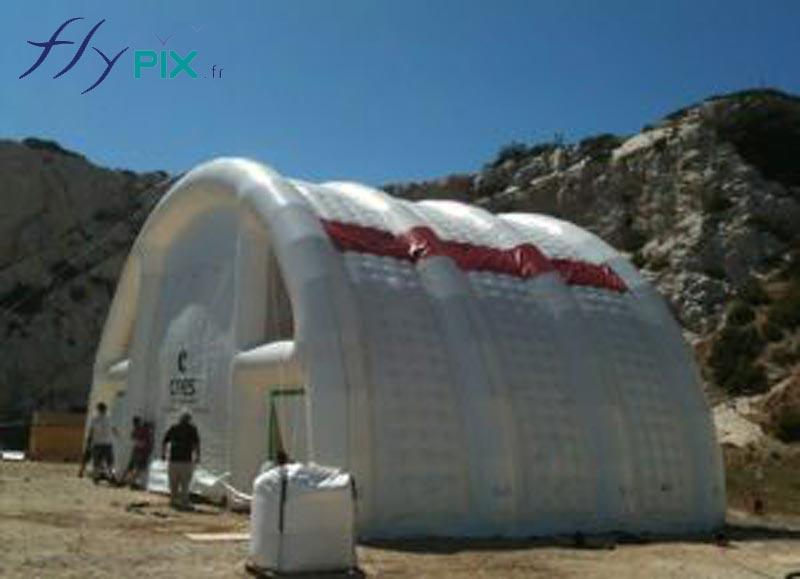 Abri gonflable en forme de tunnel, en enveloppe PVC 0,6 mm capitonnée, double peau.