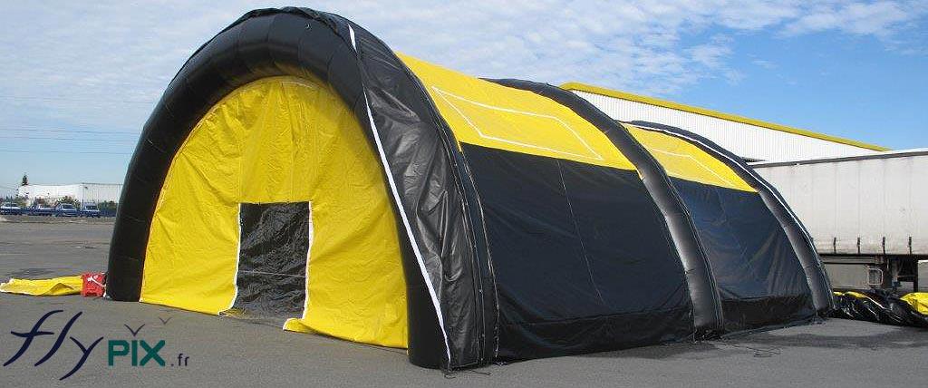 Tente gonflable en forme de tunnel, ventilée avec une turbine en permanence. Les ossatures en boudins en PVC 0,45 mm et les murs simple peau assurent légèreté et une installation rapide et facile.