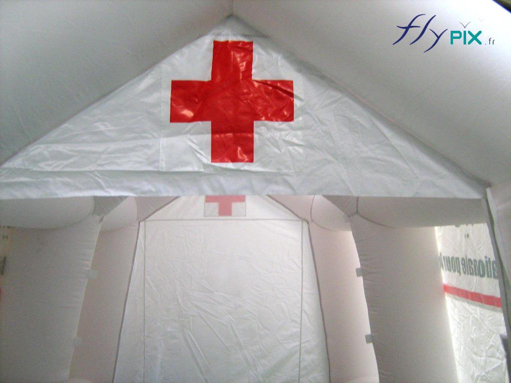 Marquages personnalisés en impression sur fond blanc, du logo de la Croix Rouge Française, pour une tente PMA.
