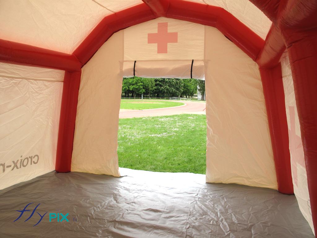 Tente PMA gonflable (poste médical avancé), pour l'accueil de malades o u de blessés suite à des catastrophes naturelles ou des attentats.