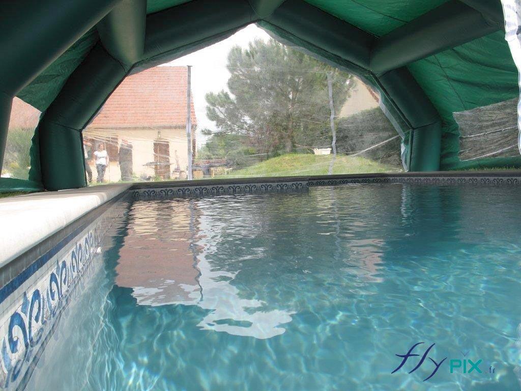 Une autre vue prise depuis l'intérieur, pour un abri piscine à 5 pans coupés.
