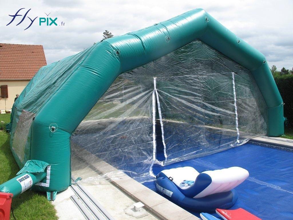 Tente gonflable abri piscine à 5 pans coupés, couvrant une partie de la piscine.