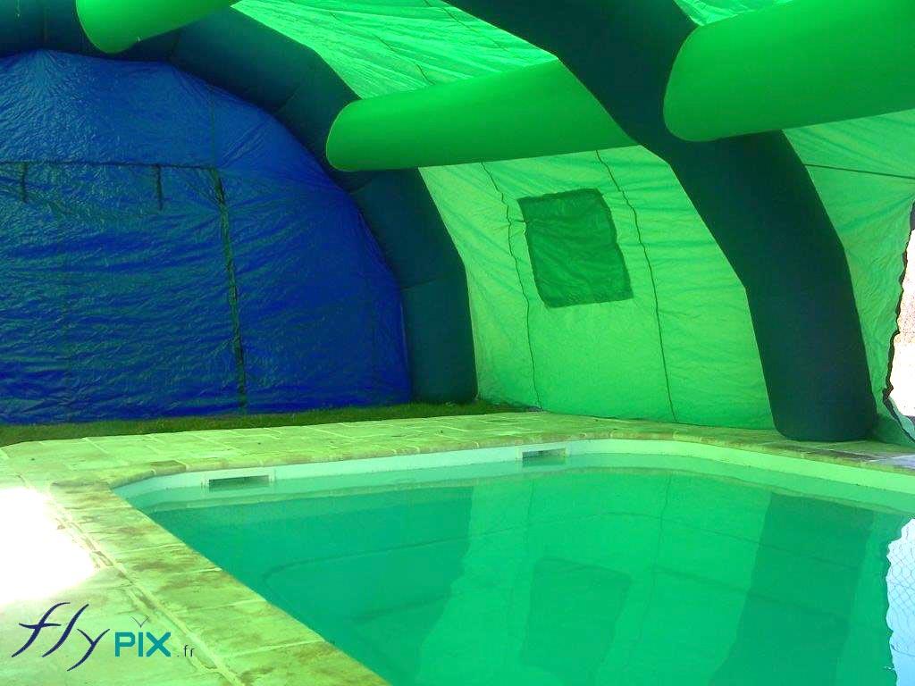 Vue intérieure d'un abri piscine gonflable.