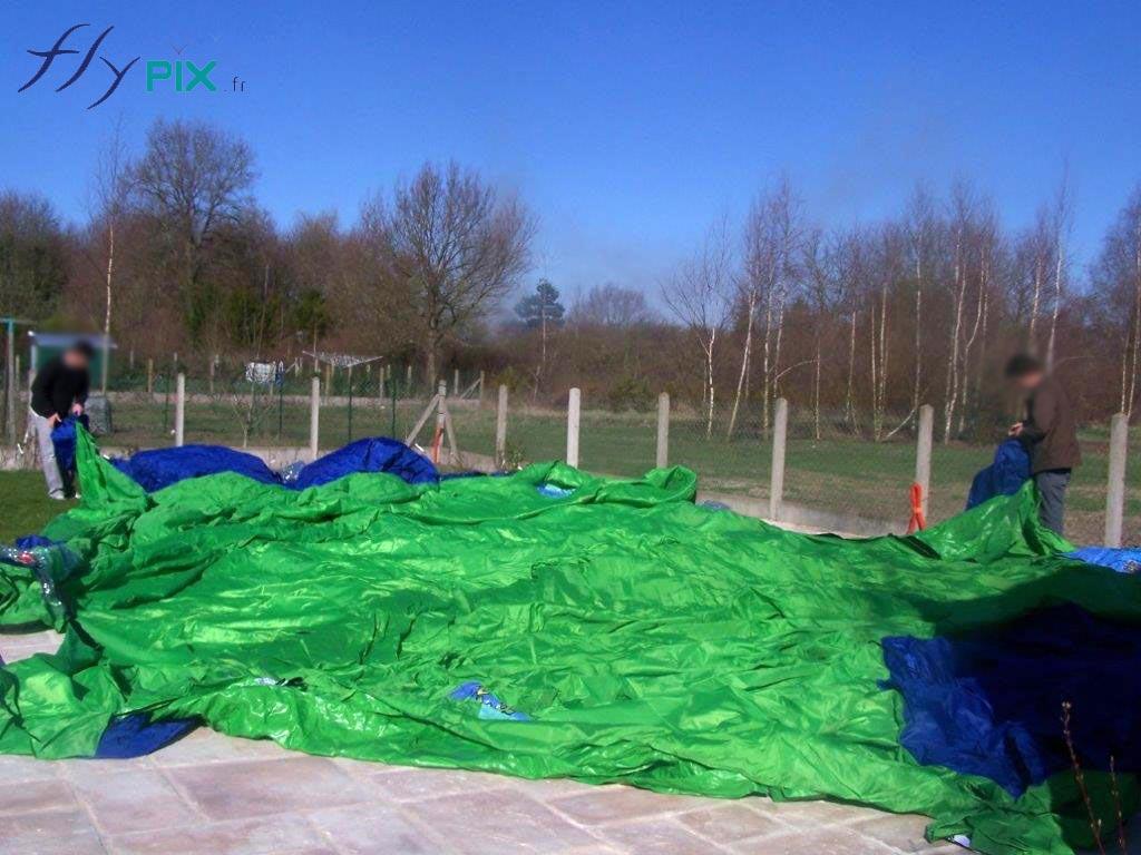 La tente est positionnée d'un bord à l'autre de la piscine, à la surface.