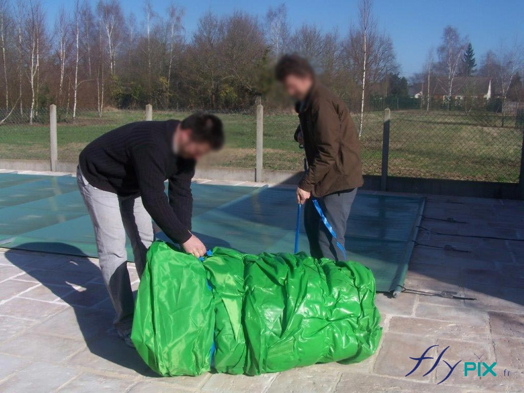 Dépliage d'une tente gonflable de abri piscine, pour un chantier.