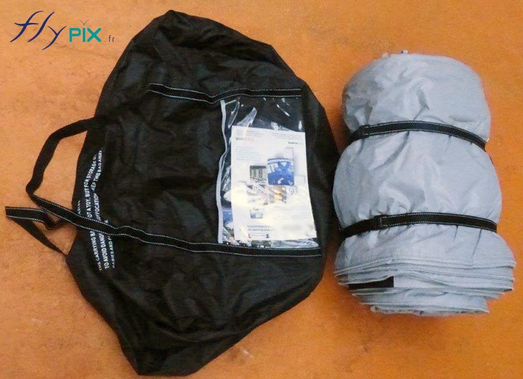 Un sac de rangement pour tente gonflable.