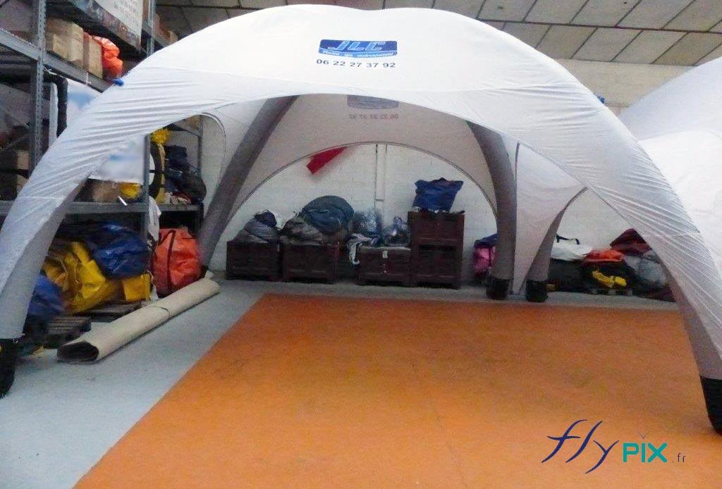 Tente gonflable barnum air captif, gonflée avec une pompe électrique 220V.
