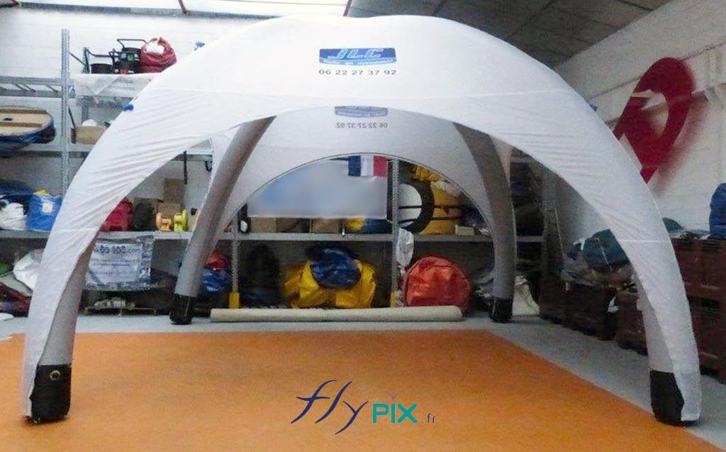 Une tente igloo gonflable fabriquée sur mesure.