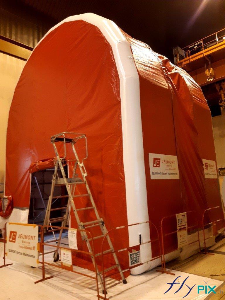 Tente gonflable industrielle air captif de grandes dimensions, pour un chantier en intérieur.