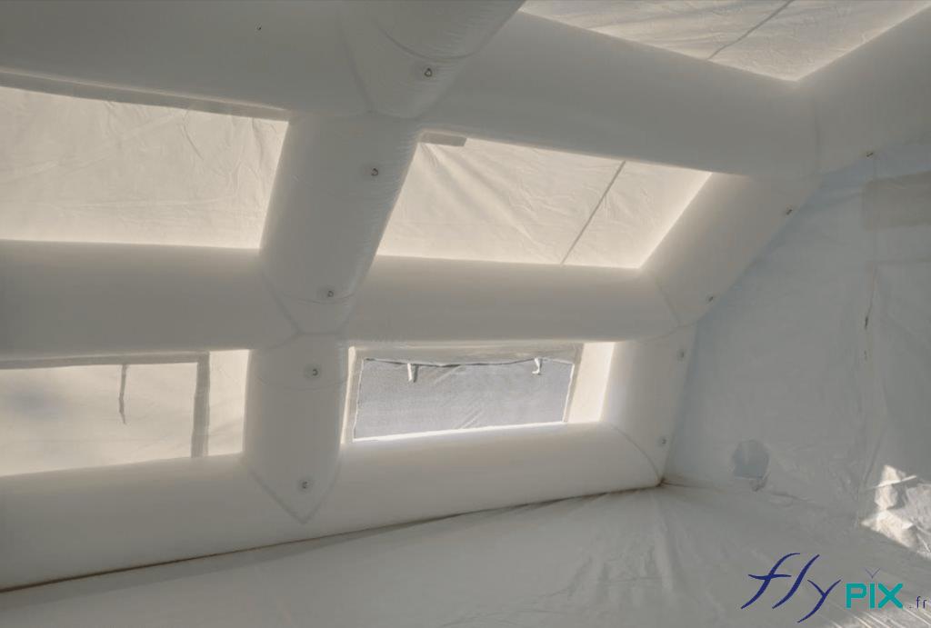Des boudins d'ossatures et des fenêtres larges pour la lumière.