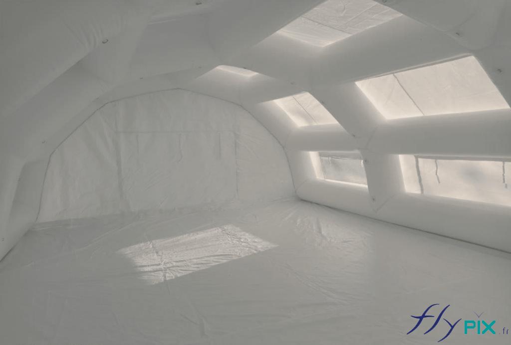 Vue intérieure d' la tente PMA, avec fenêtres, bâche au sol.