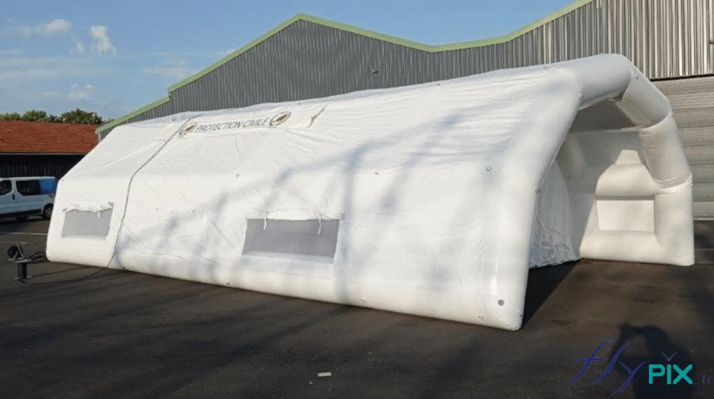 Tente médicale PMA gonflable de dimensions 10 x 6 m, air captif, de couleur blance.
