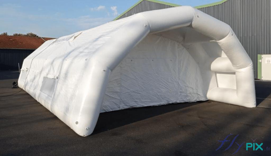 Face avant de la tente PMA (Poste Médical Avancé), avec une marquise d'accès aux véhicules de premiers secours.