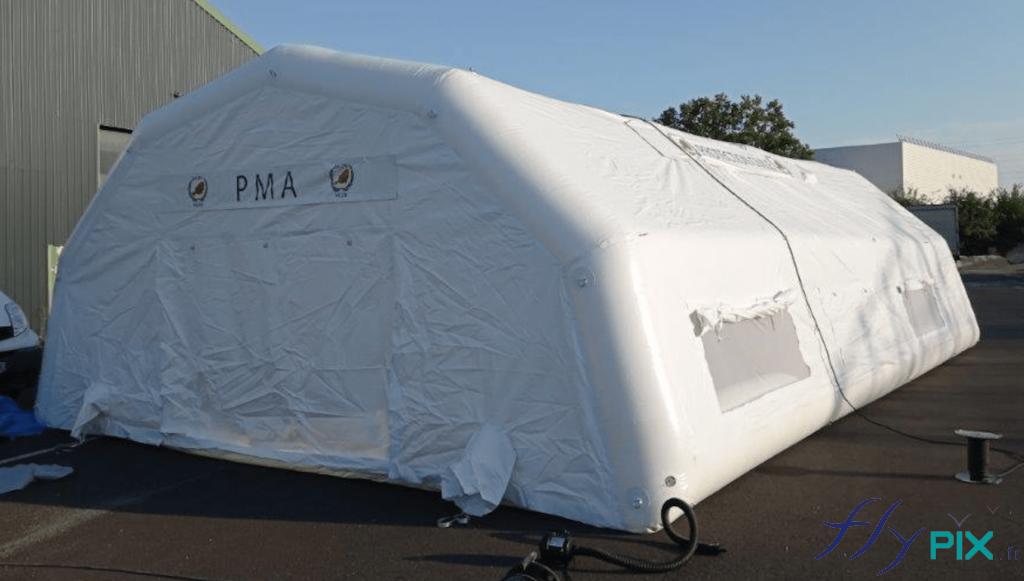 La tente médicale PMA gonflable est dotée de boudins d'ossatures gonflables et d'un mur et toiture en enveloppe PVC 0.6 mm de couleur blanche.