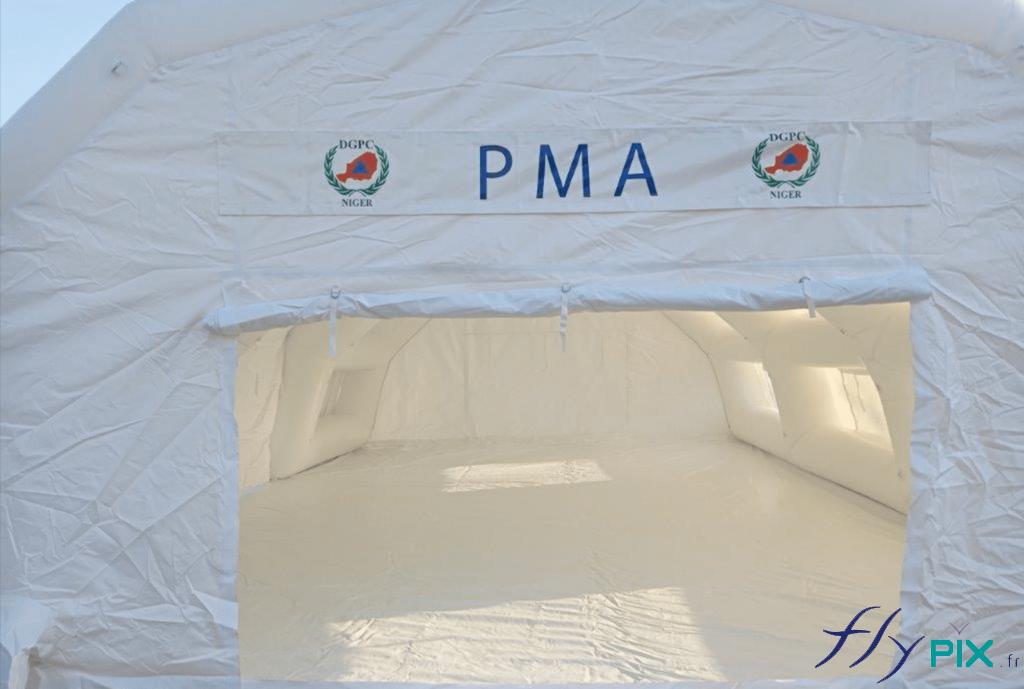 Accès secondaire à la tente PMA, par ici les patients ou les malades sortent.