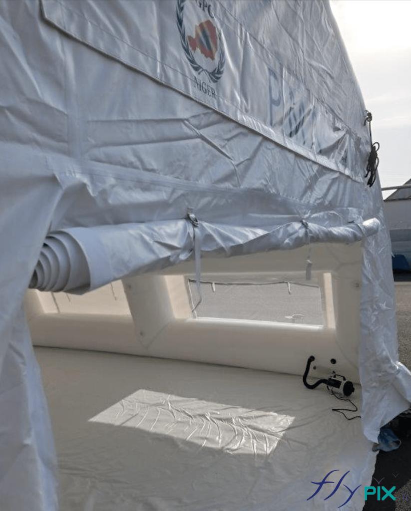 Porte large pignon et système de gonflage air captif avec la pompe et le régulateur de pression.