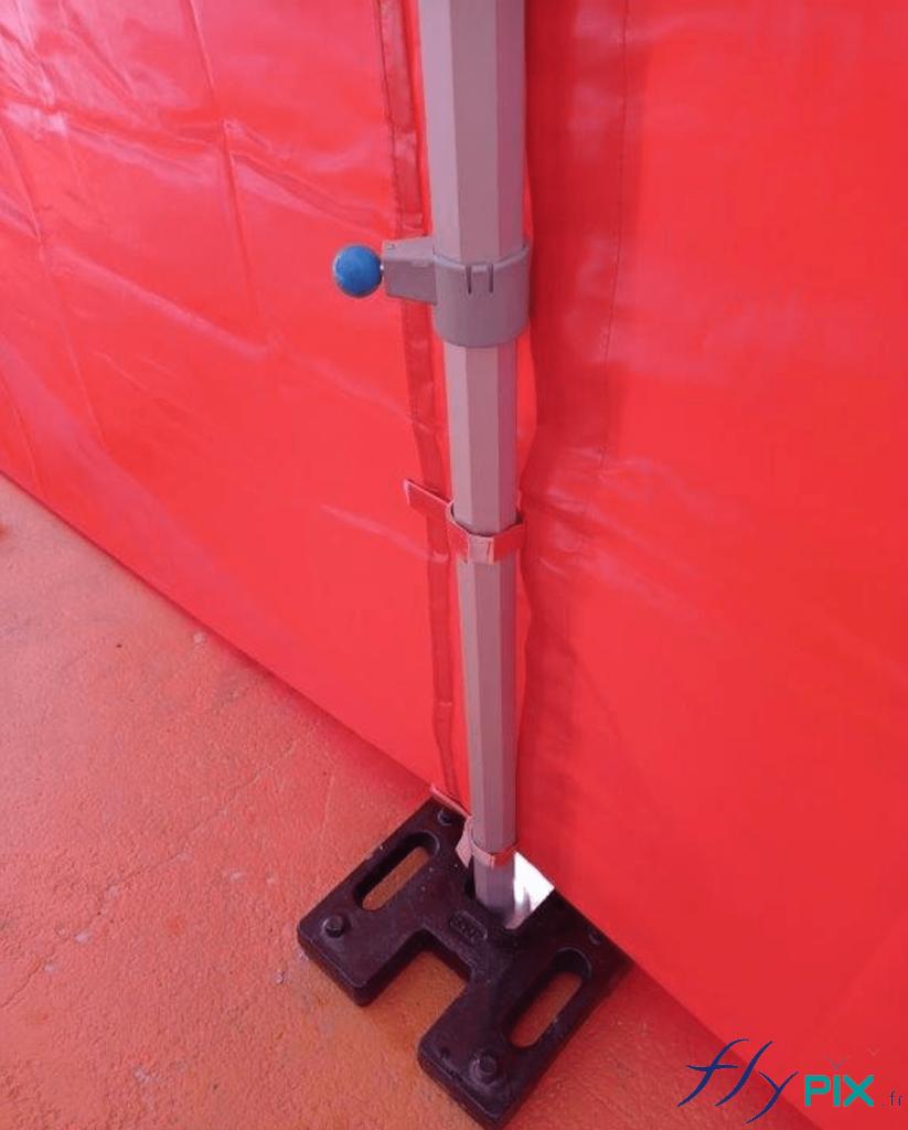 Photo d'un pied de la tente PMA pliable, avec le lestage.