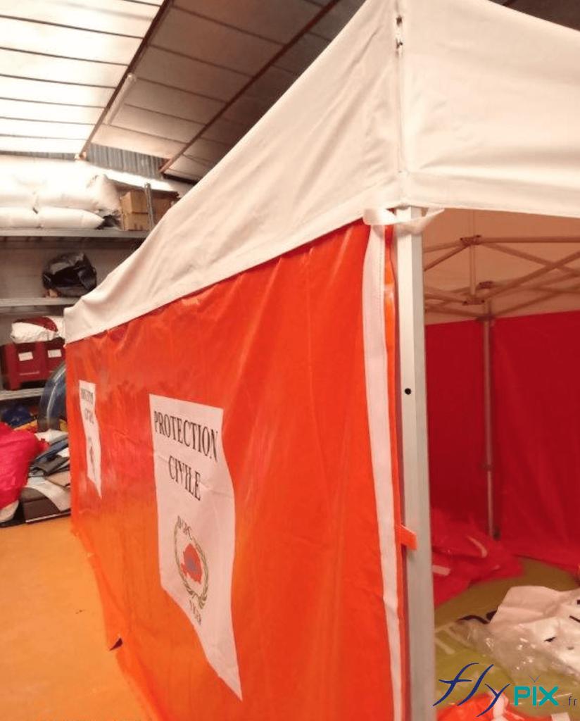 Une tente PMA pliable dotée d'armatures métalliques robustes et solides.