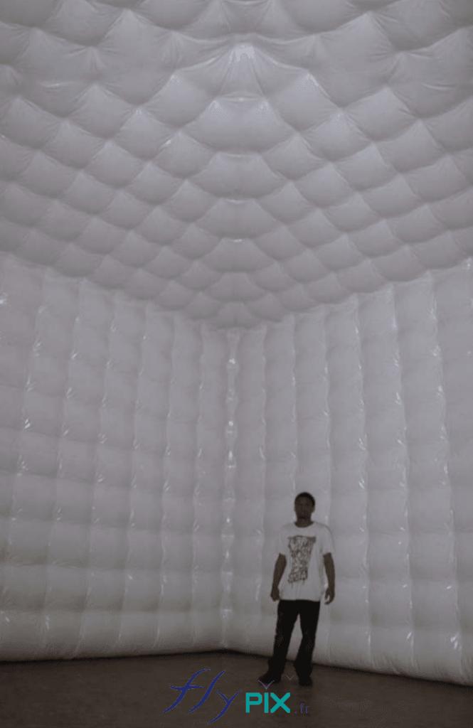 Intérieur d'une tente anti-bruit, anti-acoustique, enveloppe double peau capitonnée en PVC 0.6 mm, jointures soudées.