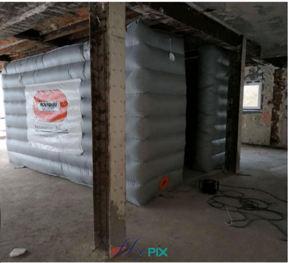 Un abri de chantier en enveloppe double peau capitonnées, optimisé pour la réduction de bruit, les murs sont anti-acoustiques.