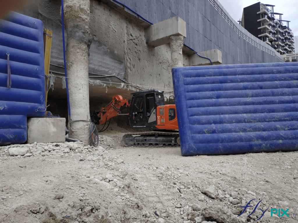 Les murs anti-acoustiques permettent de réduire les bruits générés par les engins de démolition, en milieu urbain.
