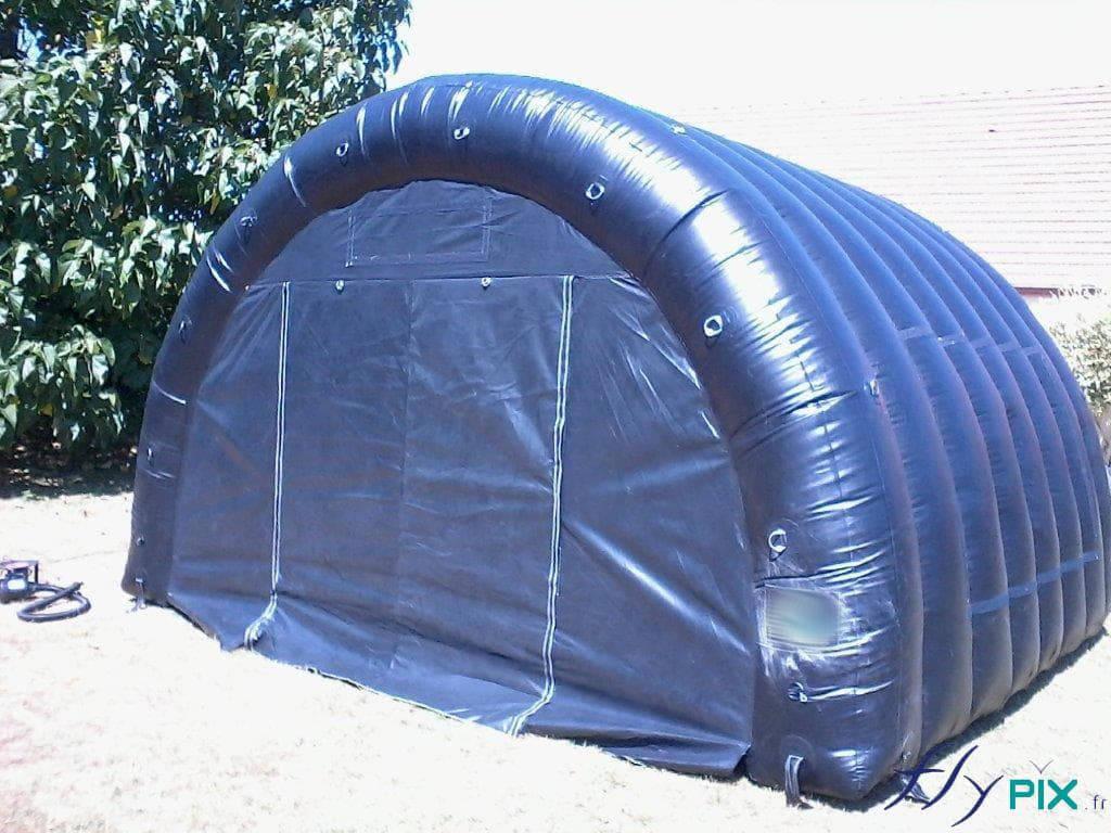 Abris gonflable de stockage, air captif, avec une porte d'accès large pignon à fermetures par bandes velcro..