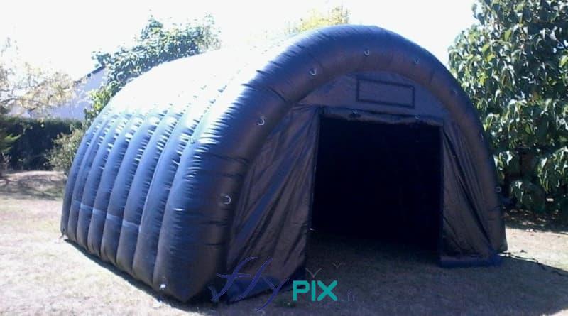 Une tente gonflable de stockage longue durée, en forme de demi-lune, en enveloppe PVC 0.6 mm double peau capitonnée, air captif
