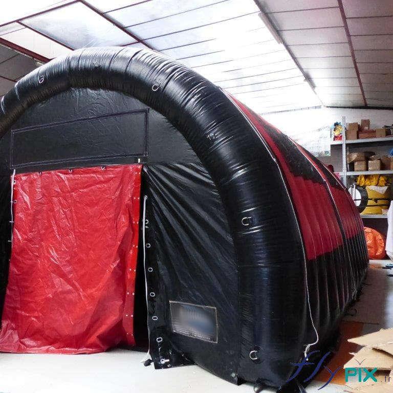 Exemple de tente gonflable de stockage, de couleur noir et rouge, air captif.